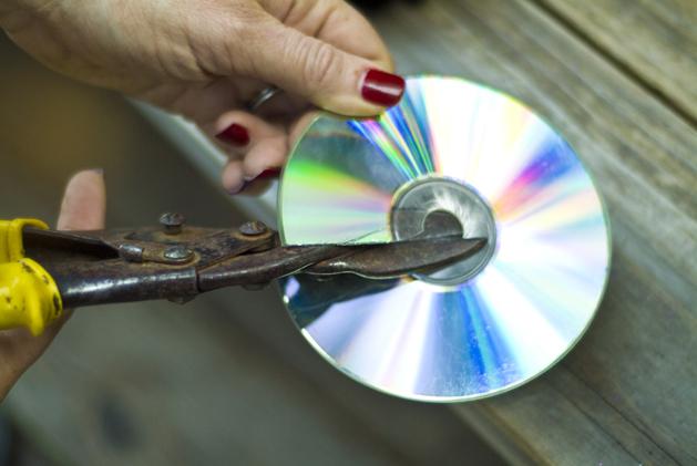 How to reflective garden decor from recycled cds make for Adornos para jardin caseros