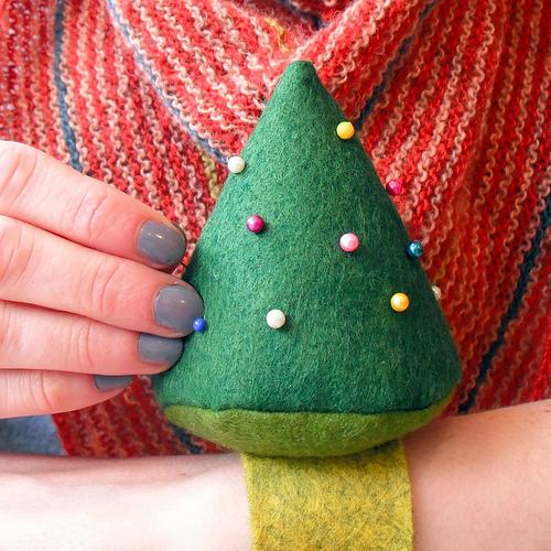 christmas_tree_wrist_pincushion.jpg