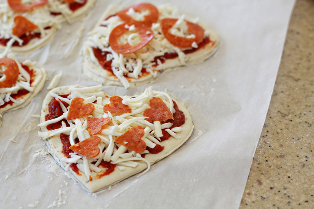 Kidskitchen-Heartpepperonipizza-Assembled