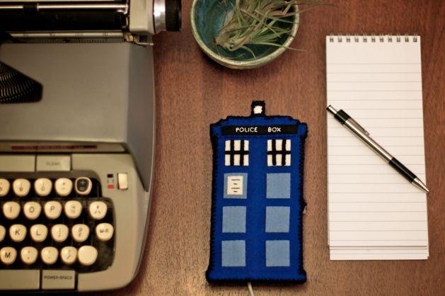 TARDIS_Phone_Charging_Station_Finished01.jpg