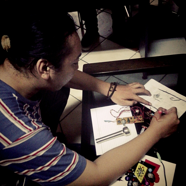 Indonesian makers associated with desproITS and WAFT-Lab lead a Drawdio workshop. Pictured: Cahyo Prayogo.
