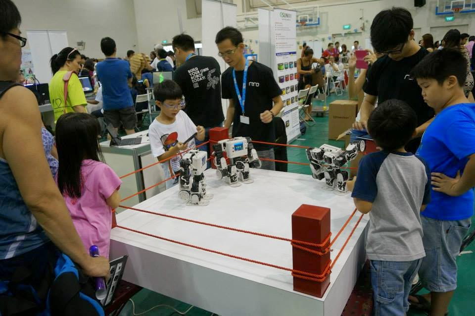 Kids are trying to build and modify their own robot to perform well in the battle.