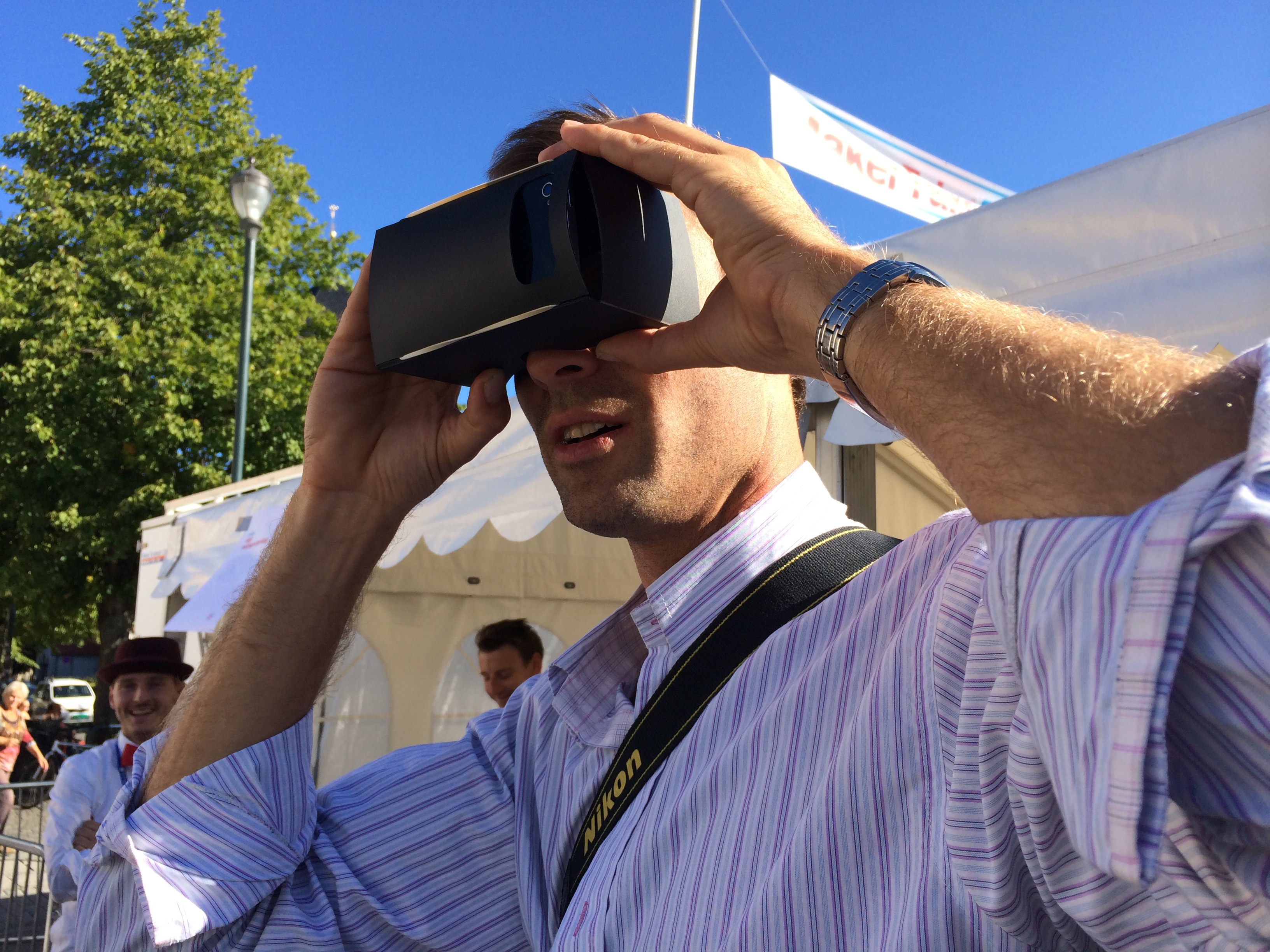 """The """"Google Cardboard""""-type viewer in action"""