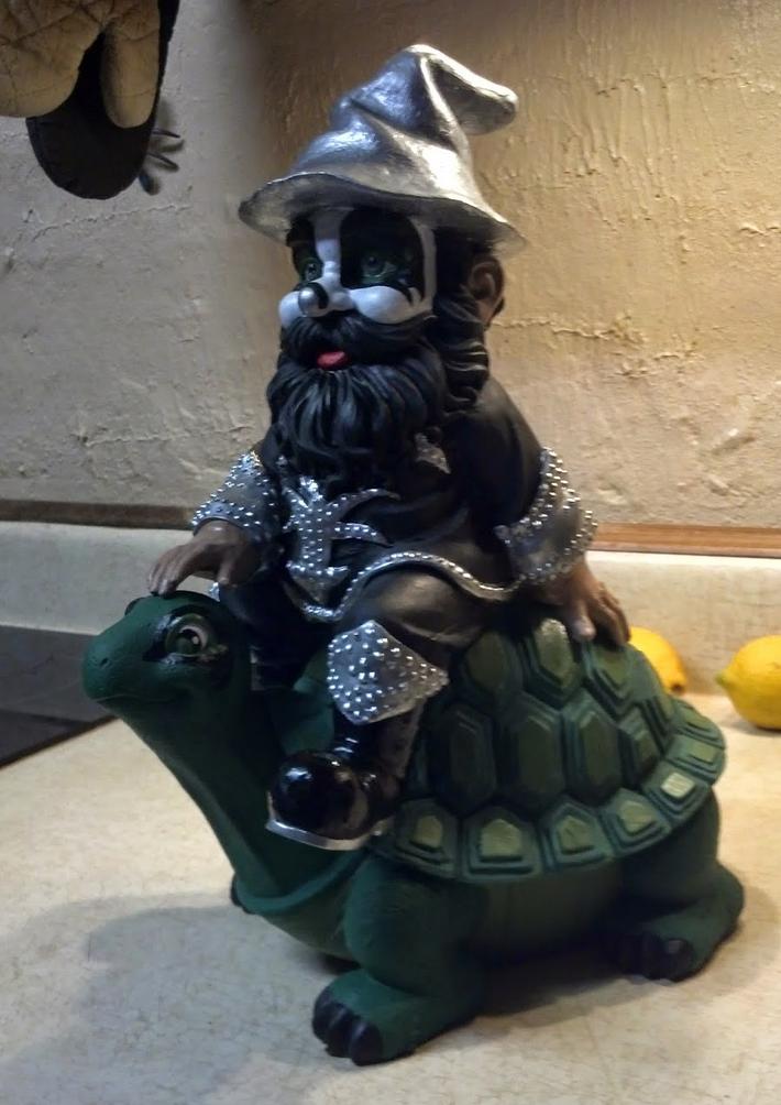 kiss-garden-gnome-1