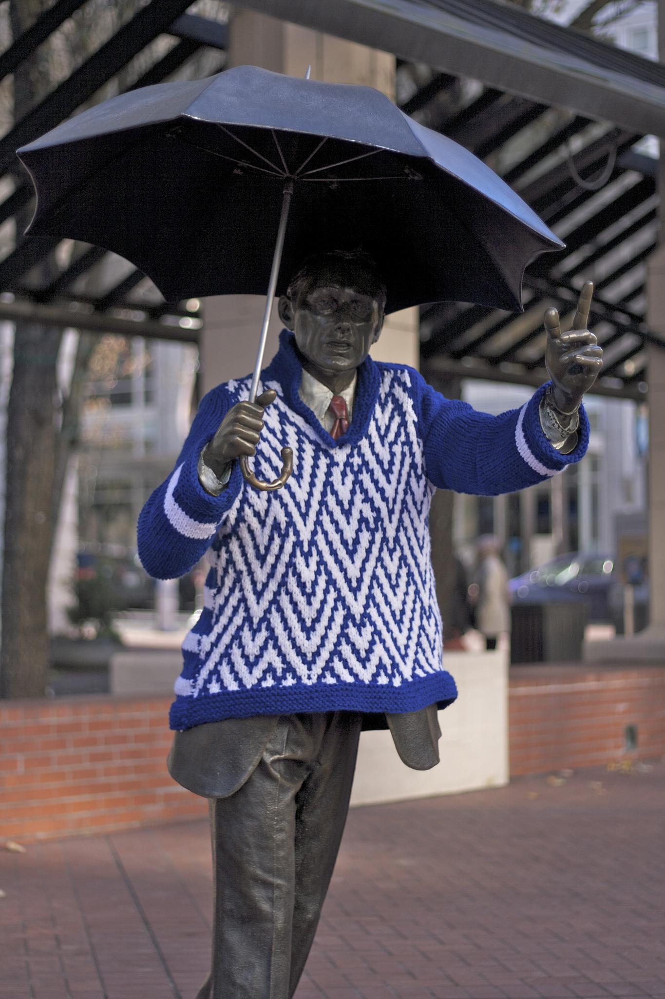 Portland-statues-yarnbombed-1