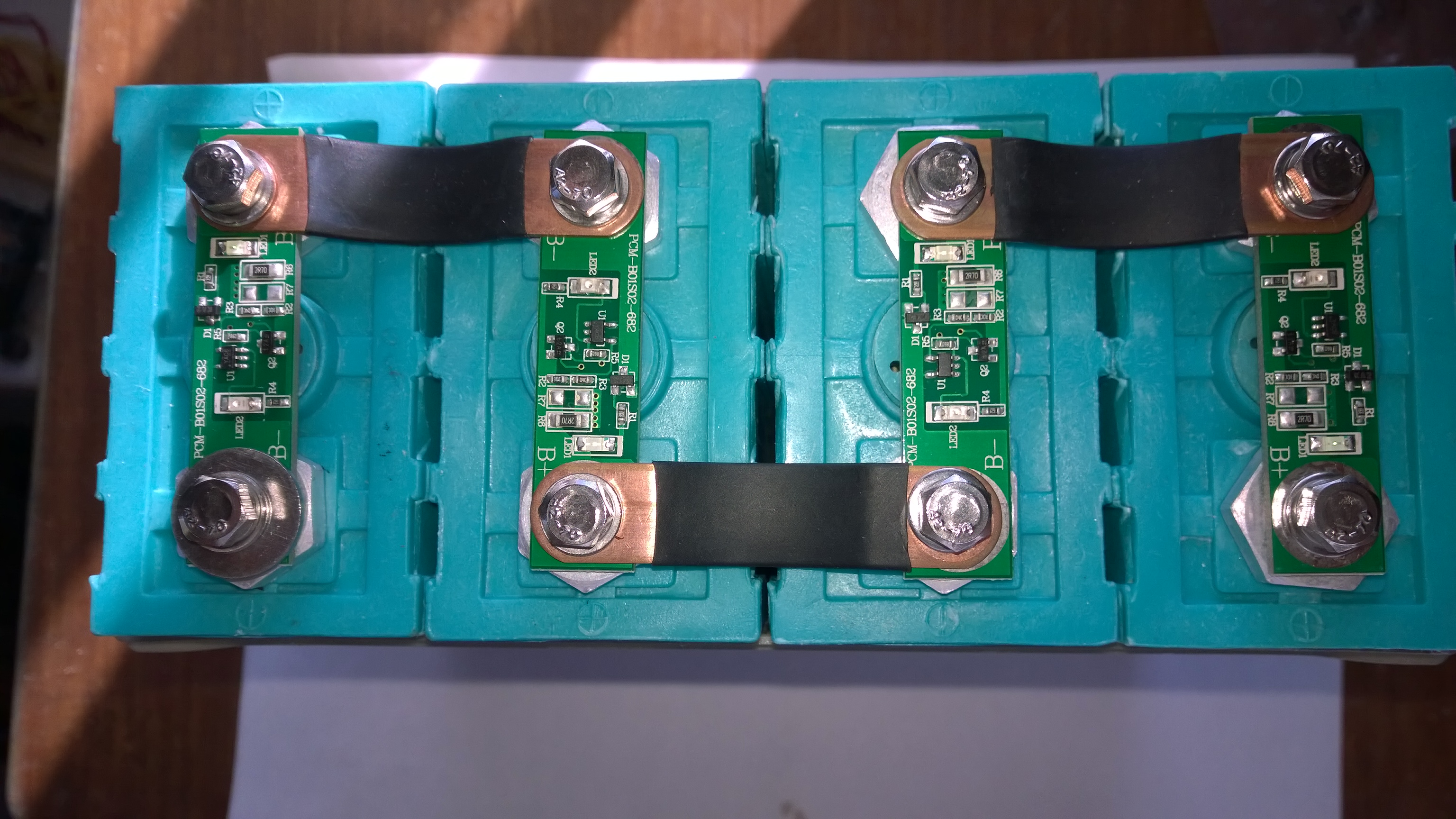 12 volt battery pack with led balancer modules